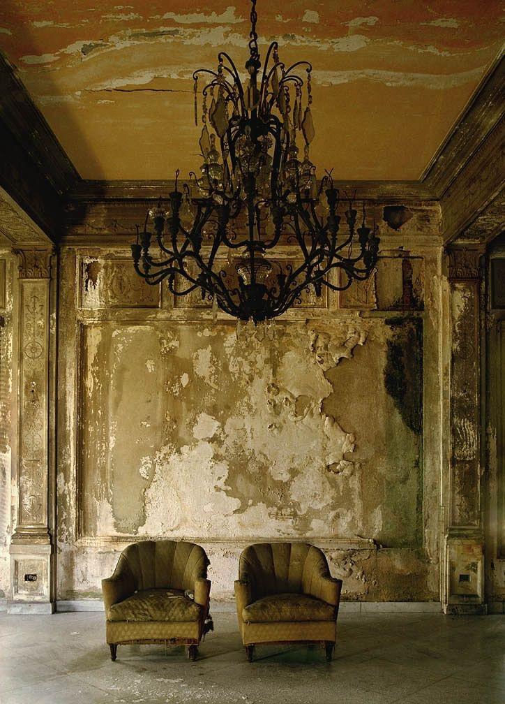 Lustre et vieux fauteuils - Caractère Spécial Architecture
