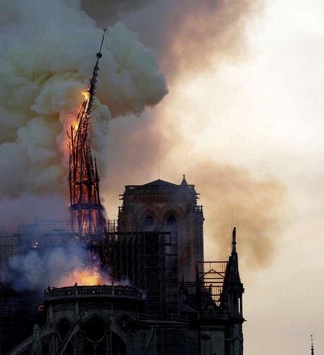 Notre dame de Paris en feu - Caractère Spécial Architecture