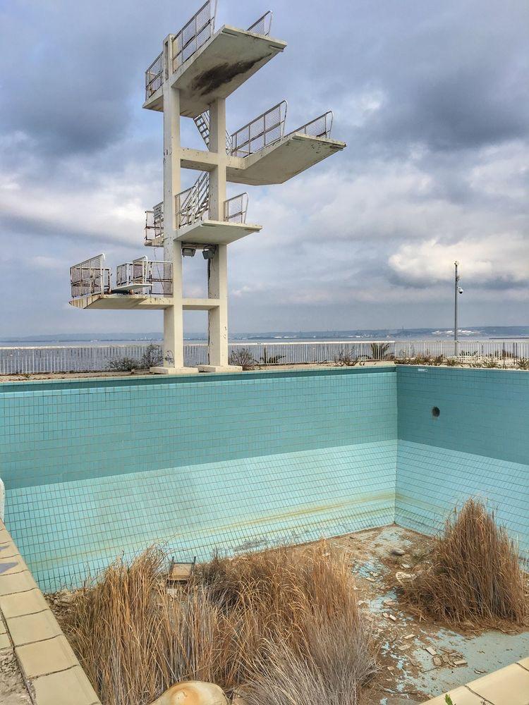 Grands plongeoirs sur piscine abandonnée - Caractère Spécial Architecture